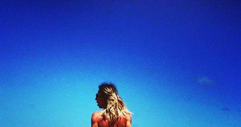 O mar serenou... quando ela pisou na areia... Quem samba na beira do mar é sereia